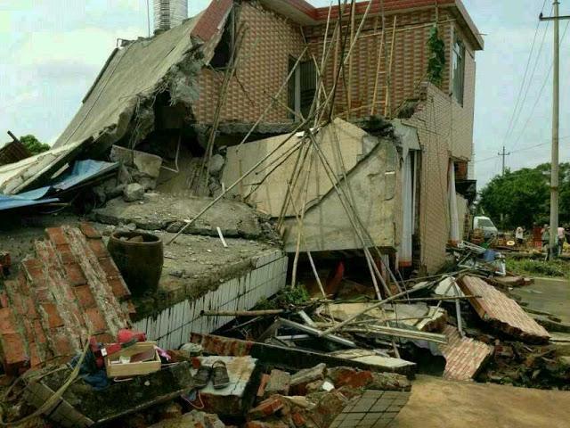 Поток воды с водохранилища затопил посёлок. Район Гуанси. Август 2013 года  Фото с epochtimes.com