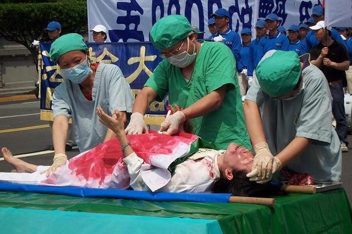 Инсценировка насильственного извлечения органов у последователей Фалуньгун. Тайвань. Фото: The Epoch Times