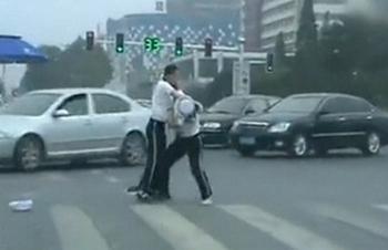 Женщины-полицейские устроили драку прямо посередине оживлённой магистрали. Фото с epochtimes.com