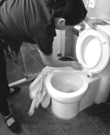 Уборщицы китайских отелей экономят на тряпках и вытирают унитазы банными полотенцами для постояльцев. Фото с epochtimes.com