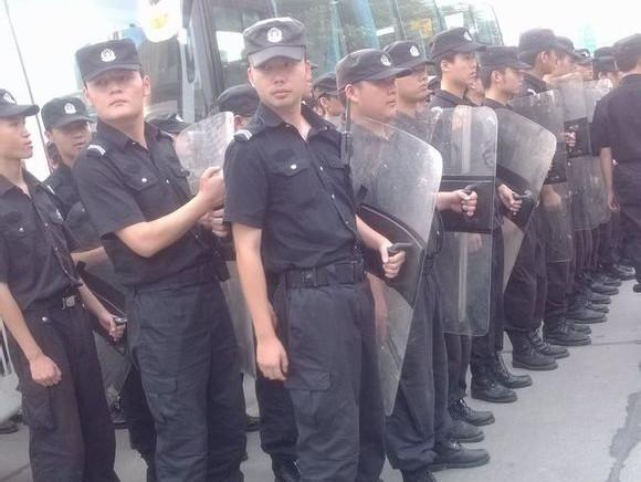 Произошедшее по вине полицейских ДТП вызвало стычки с полицией. Провинция Сычуань. Июнь 2013 год. Фото с epochtimes.com