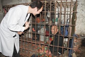 Сумасшедший Лю Югуй уже 10 лет живёт дома в клетке. Фото с epochtimes.com