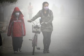 В Китае быстрыми темпами растёт заболеваемость раком лёгких. Фото: STR/AFP/Getty Images