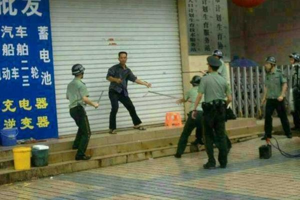 Полицейские окружили мужчину, устроившего резню в отделе планирования семьи. Город Дасин. Июль 2013 года. Фото с epochtimes.com