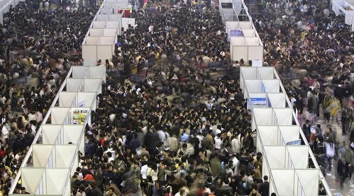 Около 100 тысяч выпускников вузов ищут работу на рынке труда в городе Чанчнуе. Фото: Getty Images