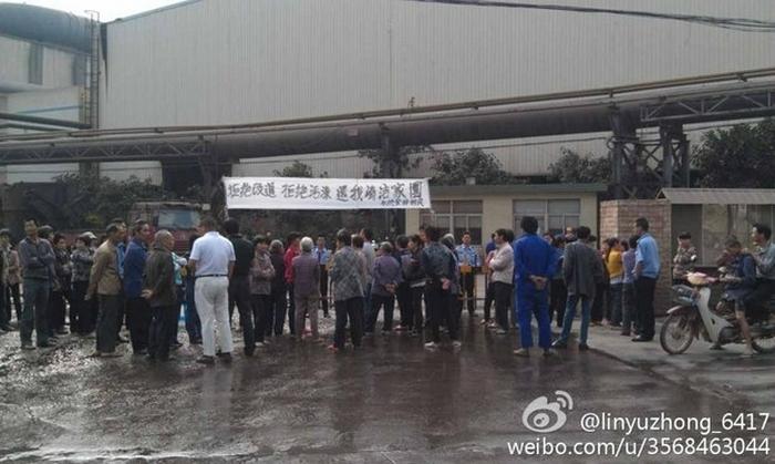 Крестьяне протестуют возле ворот завода против экологического загрязнения. Провинция Фуцзянь. Декабрь 2013 года. Фото с epochtimes.com