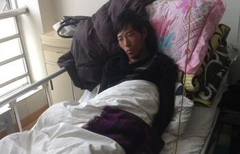 Раненый житель уезда Бижу по имени Церинг Гьялцен в больнице города Лхаса. Фото с сайта Central Tibetan Administration