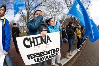 Уйгурские активисты за границей призывают Пекин прекратить репрессии против уйгуров. Фото: NICHOLAS KAMM/AFP/Getty Images