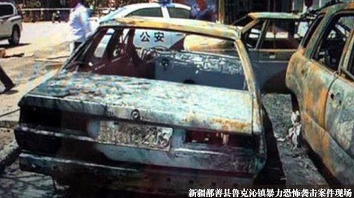 Нападавшие разбили и сожгли несколько автомобилей возле здания администрации и полицейского участка. Регион Синьцзян. Июнь 2013 года. Фото с epochtimes.com