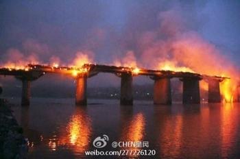 Горящий мост в посёлке Чжошуй. Ноябрь 2013 года. Фото с epochtimes.com