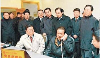 Пекинский профессор Чжао Сяо опубликовал эту фотографию с Чжоу Юнканом и чиновниками в своём блоге и написал: «Я слышал, что все эти высокопоставленные чиновники на фото, кроме одного, уже арестованы». Источник: weibo.com