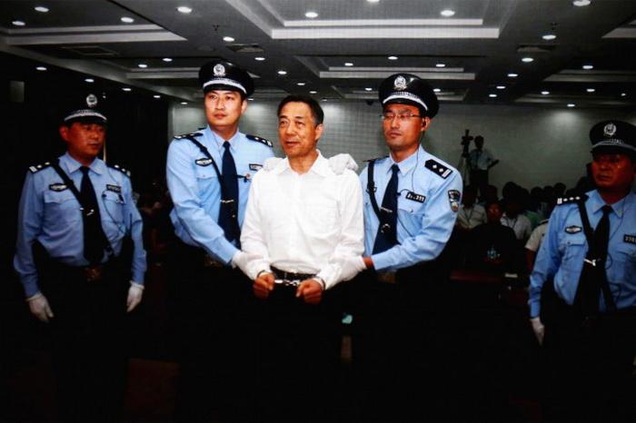 Вынесение приговора бывшему члену политбюро Бо Силаю (в центре), 22 сентября 2013 года, суд в Цзинане, провинция Шаньдун, Китай. Фото: Feng Li/Getty Images