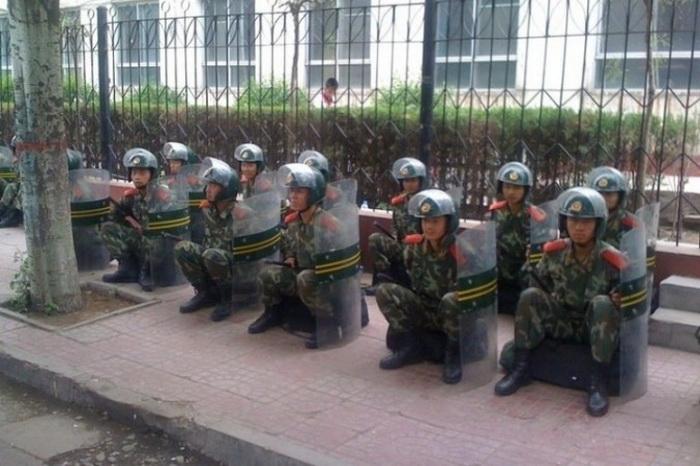 Сотрудники сил безопасности дежурят на улицах Хух-Хото, Внутренняя Монголия, 2011 год. Фото: Southern Mongolian Human Rights Information Center