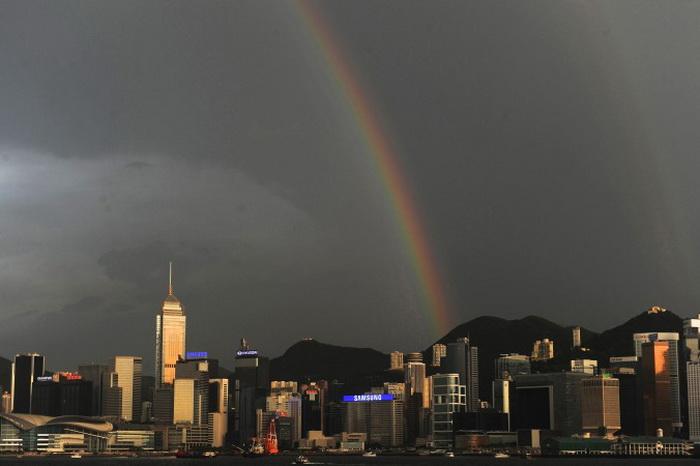 Радуга над Гонконгом, 21 июля 2012 года. Финансовый аналитик Ляо Шимин считает, что принципы «одна страна — две системы», верховенство закона, прозрачность и свобода сделали город ведущим финансовым центром. Фото: Dale de la Rey/AFP/Getty Images