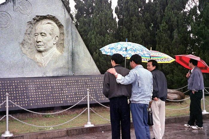 Сторонники реформ у могилы бывшего лидера Ху Яобана, 14 апреля 1999 года, провинция Цзянси. Фото: AFP/AFP/Getty Images