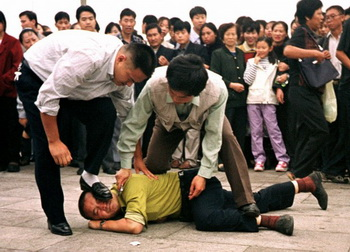 Задержание протестующих последователей Фалуньгун на площади Тяньаньмэнь, Пекин, 2000 год. Последователи Фалуньгун, рискуя жизнью, без устали рассказывали китайским людям правду о гонениях. Фото: AP Photo/Chien-min Chung