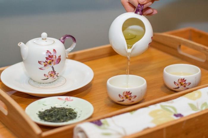 При заварке рассыпного листового чая важно учитывать температуру. В чашку заливается сентя — японский зелёный чай. Японский чай заваривается при более низкой температуре, чем китайские сорта чая. Фото: Benjamin Chasteen/Epoch Times