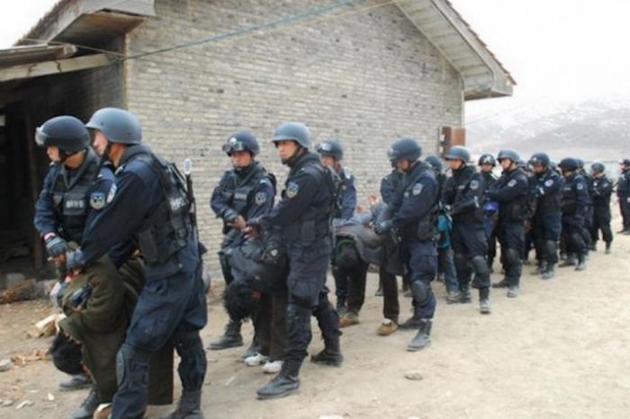 Тибетцы, задержанные китайскими силами безопасности, 2011 год. В последней кампании преследования китайский режим нацелился на тибетских писателей и художников. Фото с сайта theepochtimes.com
