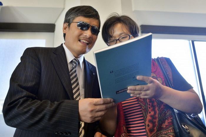 Чэнь Гуанчэн с женой Юань Вэйцзин перед пресс-конференцией в Вашингтоне, 2 октября 2103 года. Фото: Jewel Samad/AFP/Getty Images