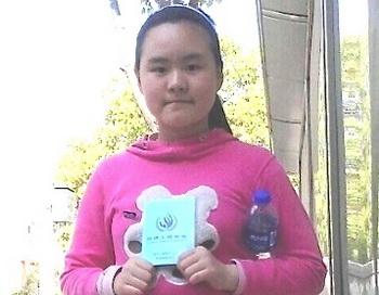 Чжан Линь, активист демократического движения, и его 10-летняя дочь Анни сбежали из-под домашнего ареста в провинции Аньхой. На фотографии Анни держит «Всеобщую декларацию прав человека», выражая таким образом надежду на то, что ей разрешат вернуться в школу. Фото с сайта theepochtimes.com
