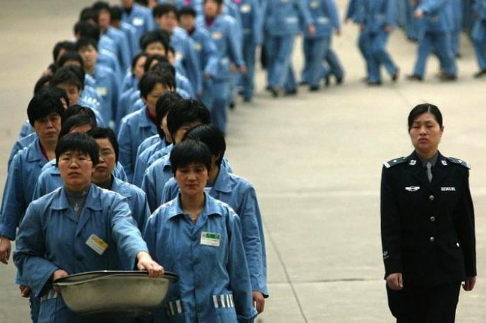 Заключённые женской тюрьмы идут строем под надзором охранника в день открытых дверей, Нанкин, 2005 год. Фото: STR/AFP/Getty Images