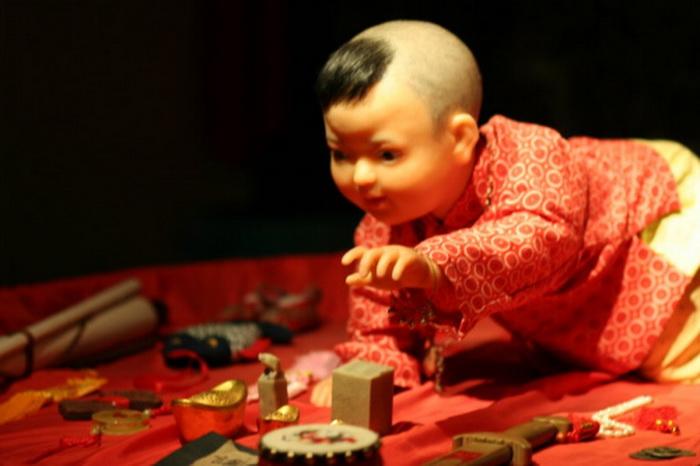 Если ребёнок в первую очередь схватил счёты, значит, он станет успешным бизнесменом, а если схватил ручку, то в будущем станет писателем. (Скриншот Secret China)