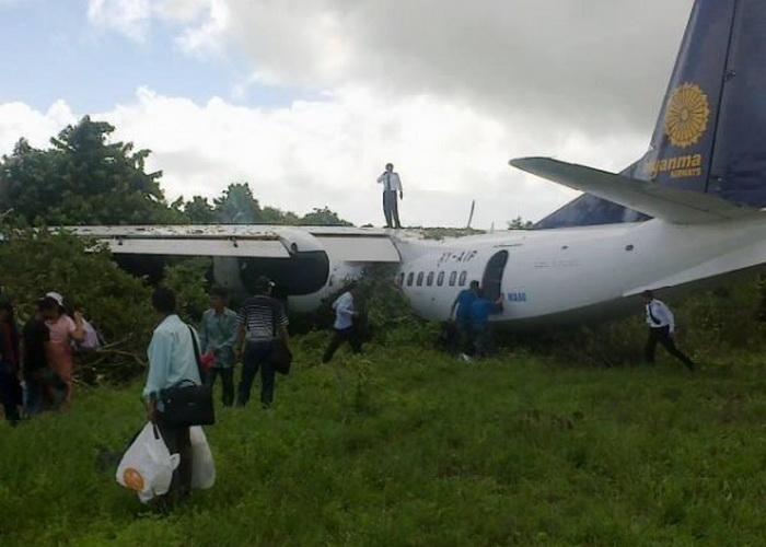 10 июня самолёт MA60 вынесло с взлётно-посадочной полосы аэродрома в Бирме. Фото с сайта theepochtimes.com