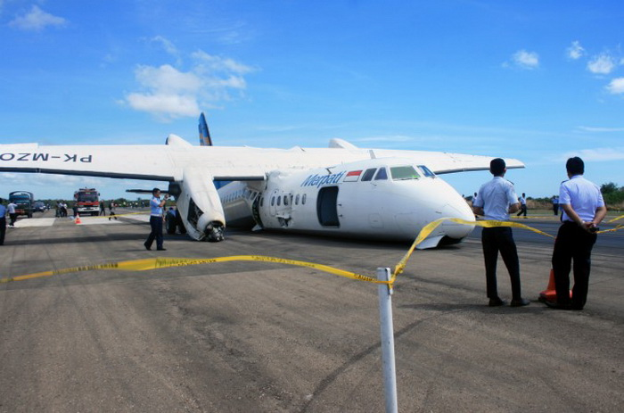 MA-60 совершил аварийную посадку в аэропорту Эль Тари, Купанг, 10 июня. Фото: Gamaliel/AFP/Getty Images