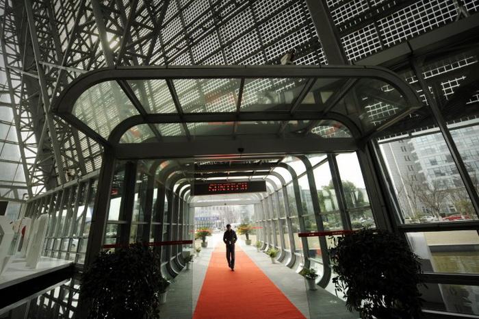 Посетитель в офисе обанкротившейся китайской компании Suntech 27 февраля 2012 года, город Уси, Китай. Фото: Peter Parks/AFP/Getty Images