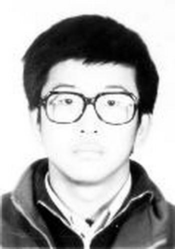Выпускник университета Цинхуа Чжан Ляньцзюнь, последователь Фалуньгун. Арестован в 2003 году, ему было 28 лет. После страшных пыток его парализовало, но он находился в тюрьме до 2011 года. Фото: minghui.org
