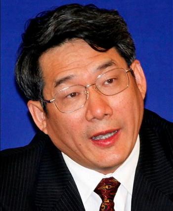 Лю Тенань, бывший заместитель председателя Национальной комиссии развития и реформ, выступает на пресс-конференции 29 апреля 2009 года, Шанхай, Китай. Лю был снят с должности в связи с обвинениями в коррупции. Фото: AP Photo/Eugene Hoshiko, File