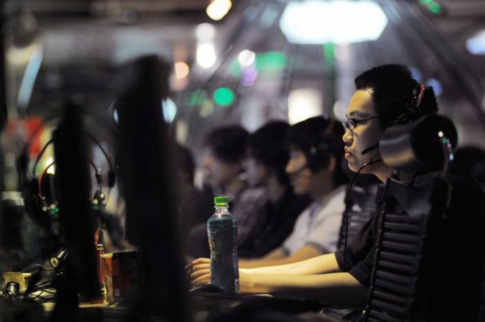 Посетители интернет-кафе в Пекине, 12 мая 2011 года. В последнее время китайские власти увеличили армию цензоров, которых называют «аналитиками общественного мнения», для обеспечения контроля над Интернетом. Фото: Gou Yige/AFP/Getty Images