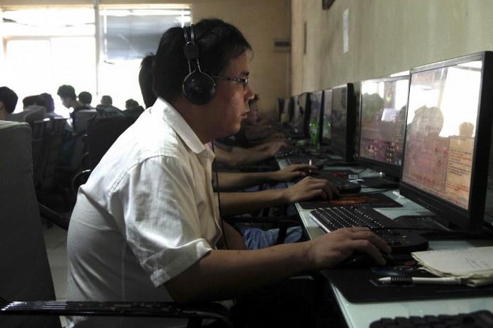 Интернет-кафе в Пекине, 2010 год. В Китае, где содержание новостных статей и комментариев сильно зависит от мнения правящего режима, интернет-пользователи за информацией чаще всего обращаются в блоги. Фото: AP Photo/Ng Han Guan