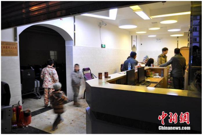 Интернет-кафе в провинции Хунань, где 14-летний мальчик зарезал своего отца, который пытался забрать его домой. Фото с сайта theepochtimes.com