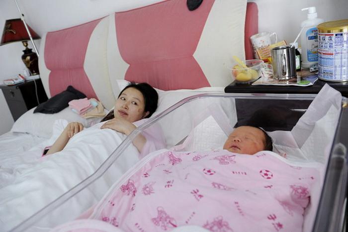 Мать с ребёнком в родильном отделении больницы Аньтай, Пекин, 28 ноября 2012 года. Доля китайских матерей, выбравших кесарево сечение, увеличилась в 2 раза за неполные 10 лет. Фото: Ван Чжао/AFP/Getty Images