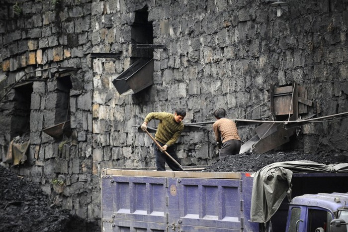 Китайские шахтёры грузят уголь, провинция Сычуань. Фото с сайта theepochtimes.com
