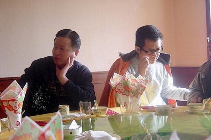 Гао Чжишен (слева) и Го Фэйсюн (справа) в ресторане в 2006 году. Фото с сайта www.theepochtimes.com