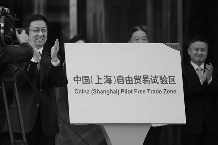 Секретарь парткома Шанхая Чжэн Хэ открывает зону свободной торговли в Шанхае, в районе Пудун, 29 сентября 2013 года. Цин Лан утверждает, что китайский режим не позволит развиваться свободной торговле. Фото: Carlos Barria/AFP/Getty Images