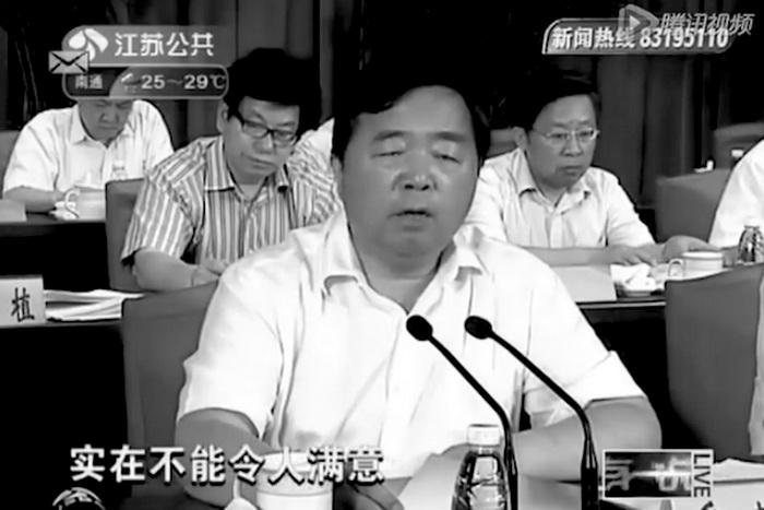 Мэр города Нанкина в восточной китайской провинции Цзянсу выступает с докладом о состоянии дорог в городе, август 2012 года. Фото: dzgbw.com/Screenshot/Epoch Times