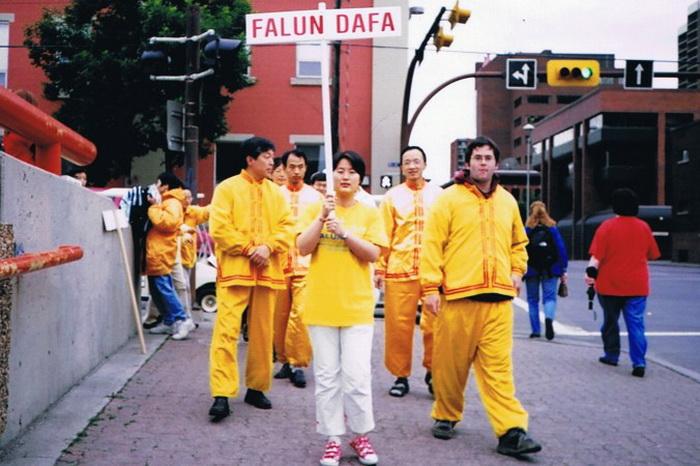 Жительница Торонто Цзинь Жун с табличкой «Фалунь Дафа». Она в Канаде подала иск на известного китайского чиновника Бо Силая, чтобы больше людей узнало о его преступлениях в Китае. Фото предоставлено Цзинь Жун