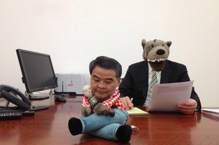 Глава Гонконга Лян Чжэньин с Lufsig, игрушечным волком из сказки о Красной Шапочке, который вдохновил гонконгцев дать Ляну новое прозвище. Лян поставил волка на стол и разместил фото в своём блоге, но пользователи сети скоро придумали собственную версию. Фото: Internet photo