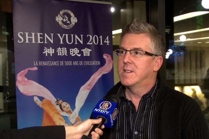 Дизайнер Жоликул был восхищён костюмами артистов во время выступления Shen Yun во Дворце искусств в Монреале. Фото: NTD Television