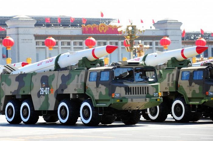 Китайские военные показывают свои новые ракеты во время парада, 1 мая 2009 года, Пекин. Представители Второго артиллерийского корпуса Народно-освободительной армии Китая, который отвечает за стратегическое ядерное оружие, приняли участие в учениях по радиоэлектронной борьбе в Чэнду, Китай. Фото: Frederic J. Brown/AFP/Getty Images
