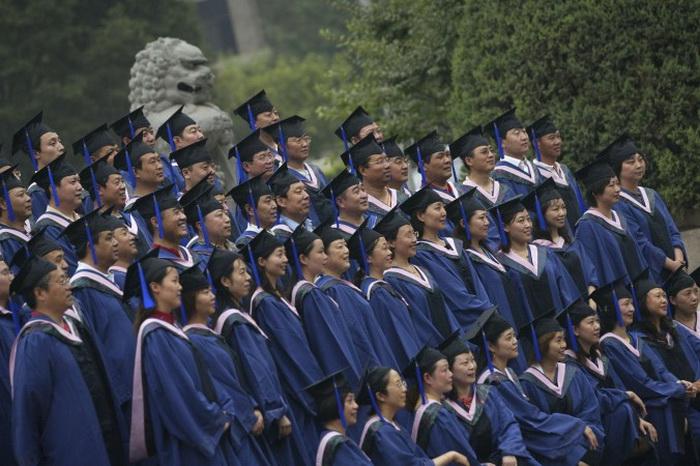 Выпускники со степенью магистра позируют для фото во время выпускной церемонии в Пекинском университете, 24 июня 2006 года, Пекин, Китай. Увольнение Ся Еляна из Пекинского университета напомнило об отсутствии свободы исследований в вузах Китая. Фото: China Photos/Getty Images
