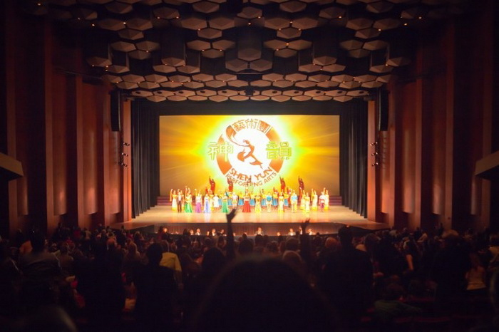 Артисты Shen Yun Performing Arts выходит на бис в Jones Hall for the Performing Arts в Хьюстоне 23 декабря. Фото: Великая Эпоха (The Epoch Times)