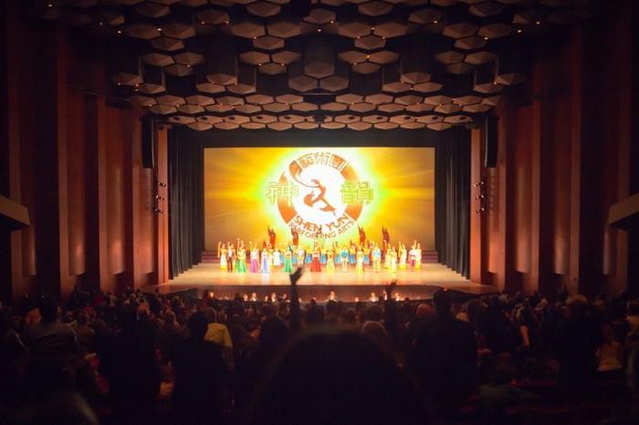 Артисты Shen Yun Performing Arts выходит на бис в Jones Hall for the Performing Arts в Хьюстоне 23 декабря. Фото: Великая Эпоха (The Epoch Times)