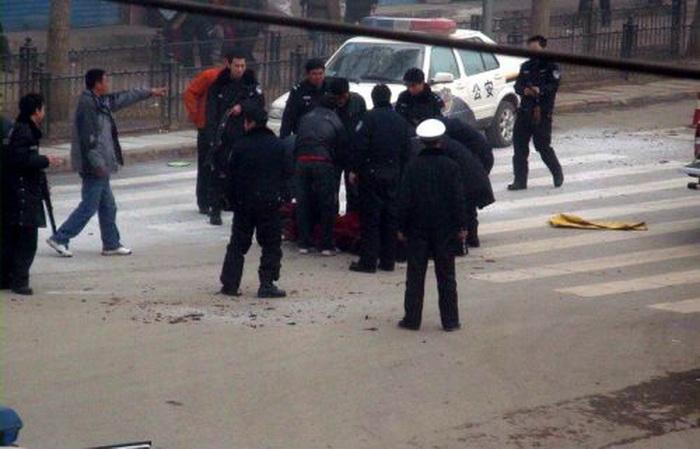 Китайские власти угрожали «больно ударить» по семьям и сообществам потенциальных самосожженцев в округе Нгаба провинции Сычуань, где произошло большинство случаев самосожжения тибетцев. На фотографии полицейские, окружившие тело монаха, который поджёг себя в Нгаба в марте 2009 г. Фото: Internet photo