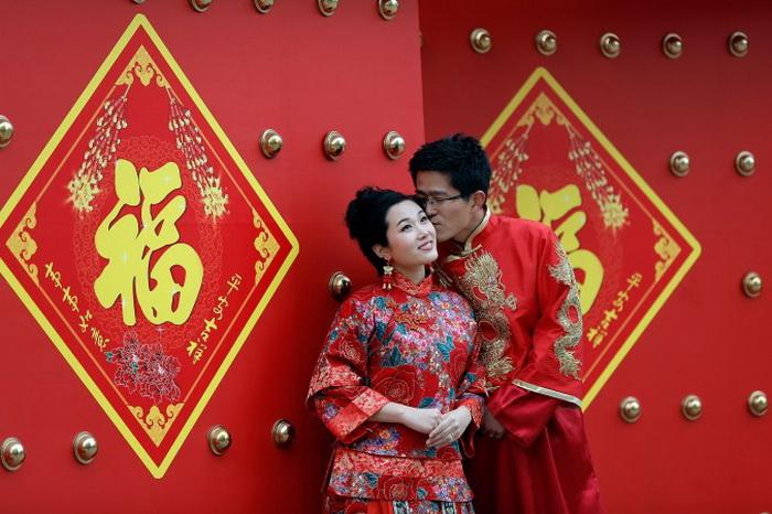 Традиционная китайская свадьба, проводимая в храме во время празднования Нового года по лунному календарю, 5 февраля 2011 года, Пекин. Фото: Lintao Zhang/Getty Images
