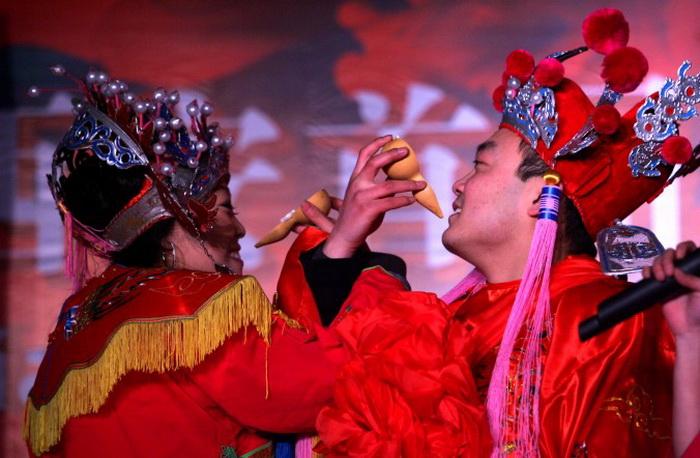 Репетиция традиционной китайской свадьбы 8 января 2005 года в Сиане, Китай. Фото: China Photos/Getty Images