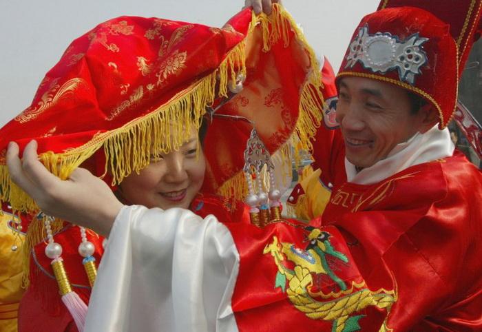 Традиционная китайская свадьба, проводимая в храме во время празднования Нового года по лунному календарю. Фото: Lintao Zhang/Getty Images